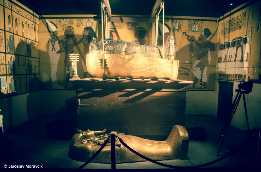 kingtut-tomb-coffin-open